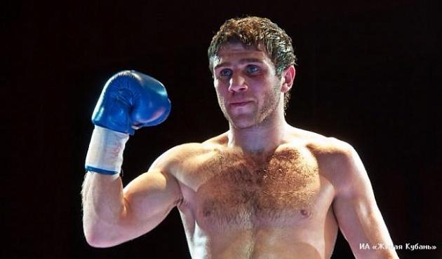 Боксер Федор Папазов подтвердил звание чемпиона IBO